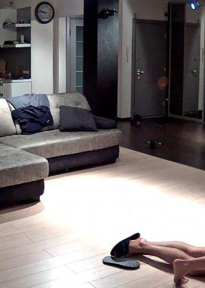 Спрятанная камера постоянно снимает дом и находящихся в нем парней и девушек - фото 9