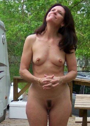 Супружеская пара сфотографировалась голой на заднем дворе дома - фото 4