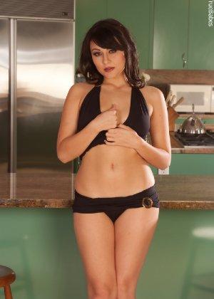 Жгучая брюнетка с красиво выбритой киской и аккуратными грудями - фото 12
