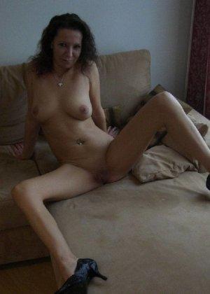 Немецкая шлюшка Кристина сняла с себя все и призывно ждет на диване - фото 10