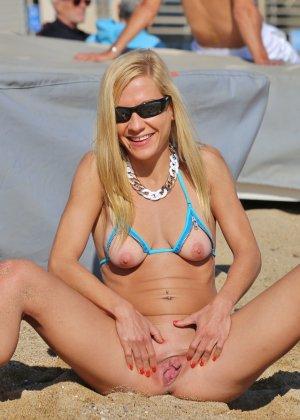 Деваха в купальнике с вырезами в самых интимных местах показывает киску - фото 18