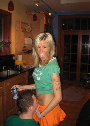 Осторожно! Эти милые девахи любят веселье и алкоголь, нередко показывает сиськи - фото 23