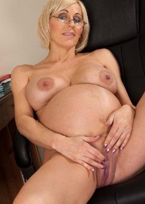 Беременная блондинка с большой грудью снимается на камеру - фото 5
