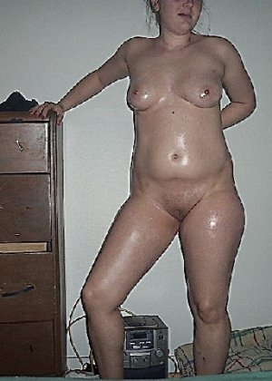 Домашние извращенки обмазались маслом и фотографируются на кровати - фото 7