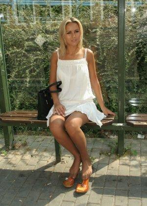Горячую блондинку везде фотографировали в дворике - фото 6