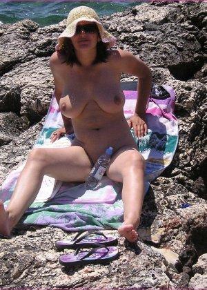 Секси куколка Марианна позирует для нас голой на пляже - фото 8