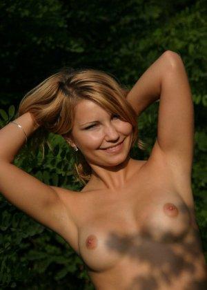 Девушка снимается раздетой в лесу, а потом дома отсасывает фотографу - фото 1