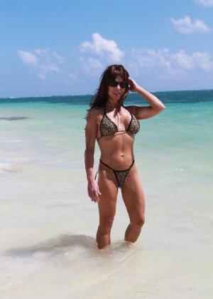 Горячая модель в зрелом возрасте позирует на пляже - фото 7