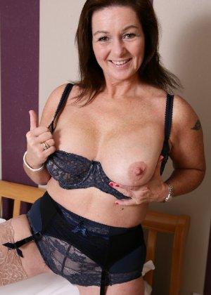 Зрелая британская женщина на все готова в постели - фото 1