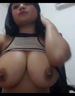 Шаловливая азиатка демонстрирует на вебкамеру свою огромную грудь - фото 1