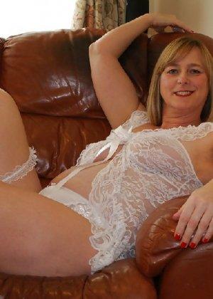 Прекрасная леди в белом сексуально белье раздвинула ножки - фото 5