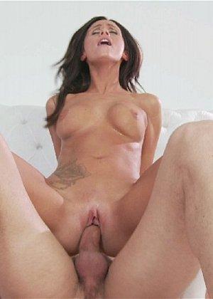 Ебля красотки в сексуальном нижнем белье белого цвета - фото 11