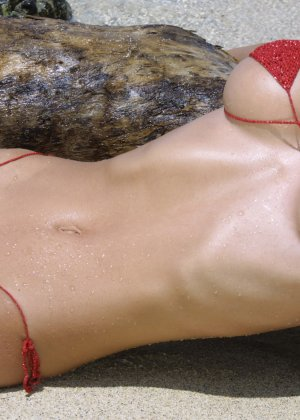 Красивая девушка в мини бикини - фото 6