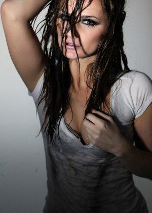 Эротичная Лили Картер в мокрой майке - фото 12