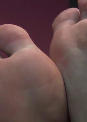 Милая куколка демонстрирует свои подмышки, снимает кеды и показывает ножки - фото 65