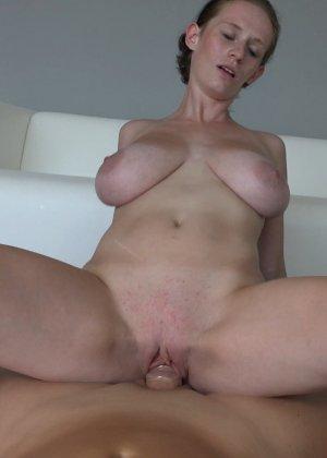 Красавица, с немножко обвисшей грудью, занимается сексом - фото 30