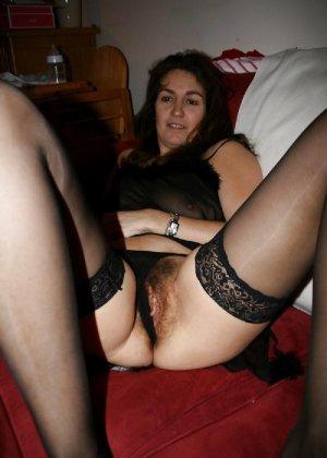 Сексуальная зрелая женщина открывает вид  на все свои дырочки - фото 24