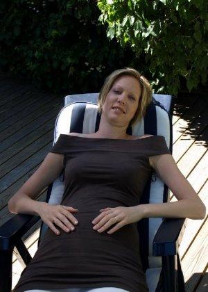 Фотографировал свою беременную жену в разных местах - фото 8
