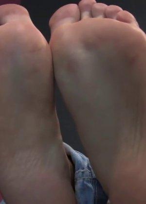 Милая куколка демонстрирует свои подмышки, снимает кеды и показывает ножки - фото 56