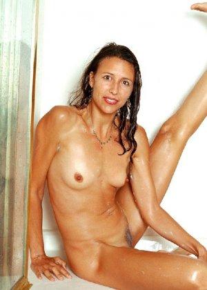 Стройная и зрелая женщина Александра купается в душе - фото 18