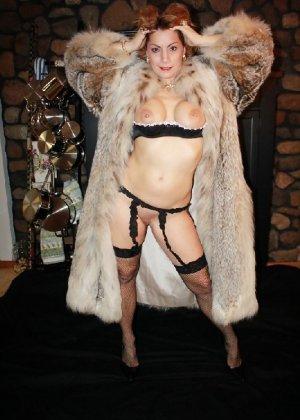 Зрелая женщина выставляет на показ свои прелести в эротическом белье - фото 39