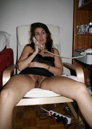 Сексуальная зрелая женщина открывает вид  на все свои дырочки - фото 16