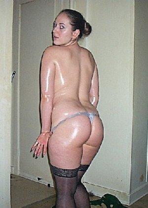 Девушка покрыла себя маслом и начала позировать мужу на кровати - фото 17