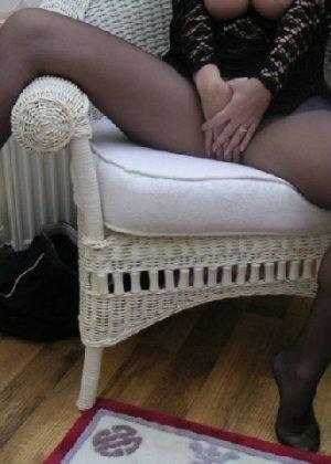 Зрелая дама с большой натуральной грудью откровенно сидит на кресле - фото 14
