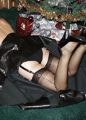 Попросила сфотографировать ее под елкой, а сама надела откровенные наряды - фото 14