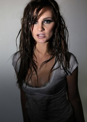 Эротичная Лили Картер в мокрой майке - фото 8