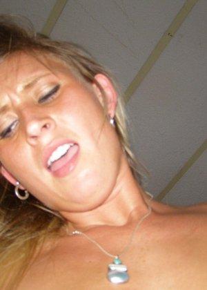 Еще одна блондинка, которая любит сосать и позировать голой - фото 43