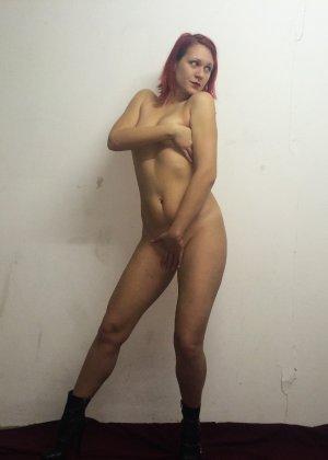 Рыжая соблазнительница фоткается обнаженной с вручённой ей запиской - фото 8