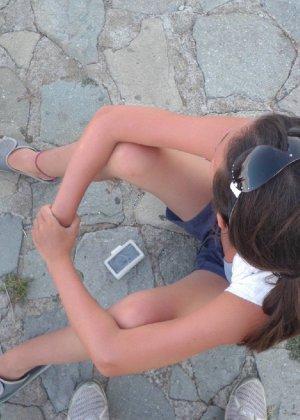 Куколка с большей задницей путешествует по парку и сверкает прелестями - фото 51