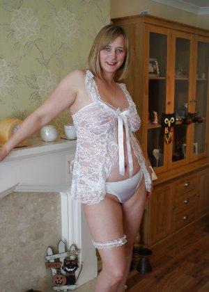 Прекрасная леди в белом сексуально белье раздвинула ножки - фото 2
