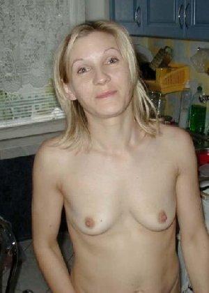 Блондинистая жена всегда и везде ходит дома без одежды - фото 1