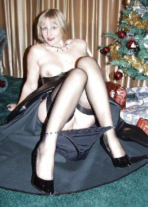 Попросила сфотографировать ее под елкой, а сама надела откровенные наряды - фото 12