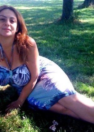 Пышные жены с волосатыми кисками позируют дома на фотокамеру - фото 25