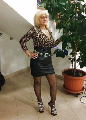 Роскошные женщины в деловых костюмах стоят в неприличных позах - фото 5