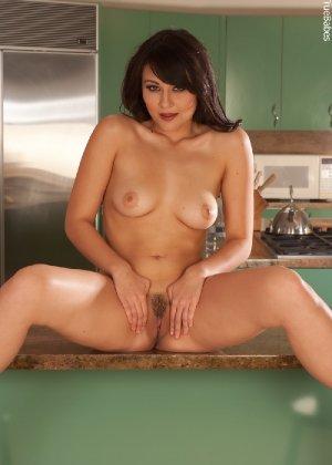 Жгучая брюнетка с красиво выбритой киской и аккуратными грудями - фото 50
