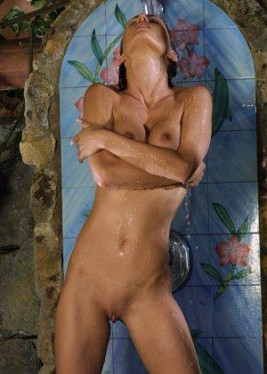 Джессика принимает публичный душ - фото 16