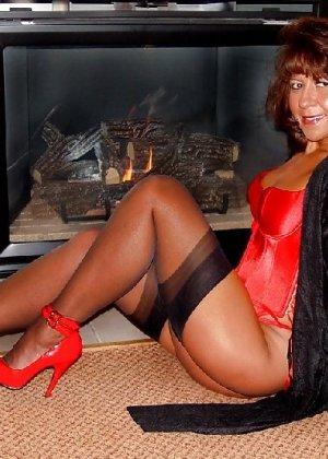 Шикарная женщина соблазняет в красном белье, а потом одевает платье - фото 18