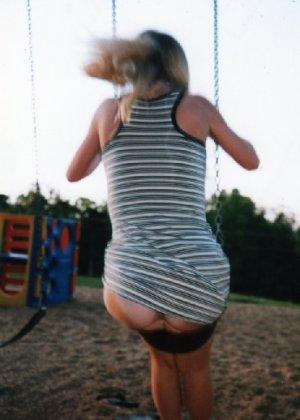 Девчата катаются без трусиков на горках во дворе и сверкают кисками - фото 6