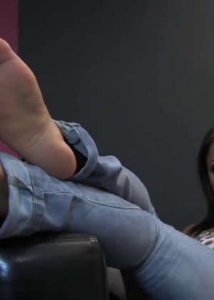 Милая куколка демонстрирует свои подмышки, снимает кеды и показывает ножки - фото 62