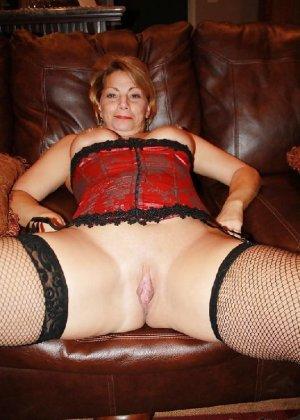 Зрелая женщина выставляет на показ свои прелести в эротическом белье - фото 4