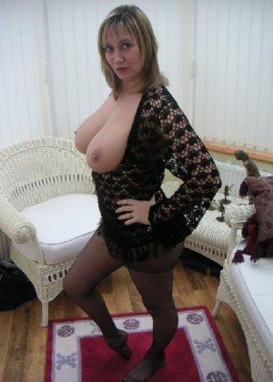 Зрелая дама с большой натуральной грудью откровенно сидит на кресле - фото 4