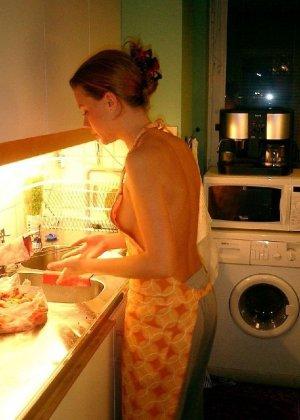 На кухне всегда есть прекрасные и обнаженные домохозяйки - фото 13