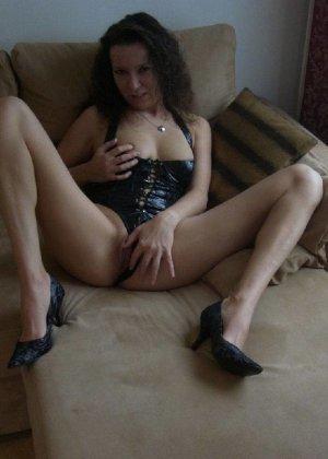 Немецкая шлюшка Кристина сняла с себя все и призывно ждет на диване - фото 7