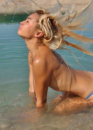 Шикарная чикса устроила эротическую фотосессию на пляже - фото 33