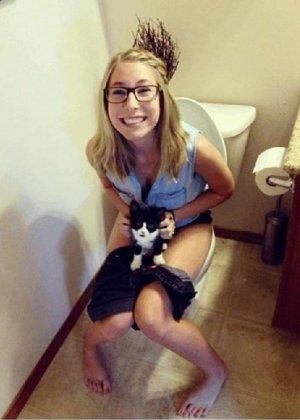 Девчонок подстерегли в туалете, сфотографировали и выложили в сеть - фото 12