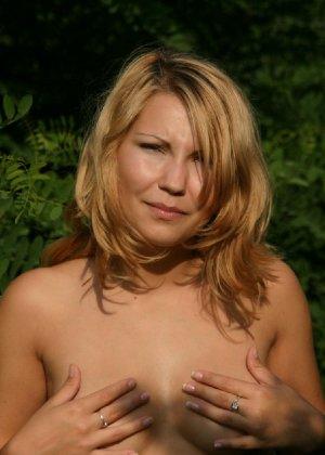 Девушка снимается раздетой в лесу, а потом дома отсасывает фотографу - фото 5